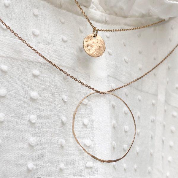 collier cercle et médaille martelé